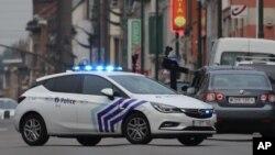 Polisi Brussels melakukan pengejaran dengan kecepatan tinggi di pinggiran kota Molenbeek, hari Selasa (8/8).