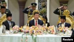 Chinese President Xi Jinping, Brunei's Sultan Hassanal Bolkiah and Brunei's Crown Prince Al-Muhtadee Billah attend a luncheon at the Nurul Iman Palace in Bandar Seri Begawan, Brunei, Nov. 19, 2018.