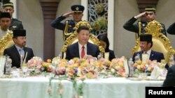 Presiden China Xi Jinping (tengah) dan Sultan Brunei Hassanal Bolkiah (kanan) serta Putra Mahkota Al-Muhtadee Billah dalam acara jamuan makan siang di Istana Nurul Iman, Bandar Seri Begawan, Brunei, 19 November 2018 lalu.
