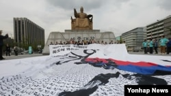 지난 2012년 한글날을 맞아 광화문광장 세종대왕상 앞에 대한민국 제헌헌법 전문 5만 글자가 한글 붓글씨로 쓰여있는 대형 지도가 펼쳐졌다. (자료사진)