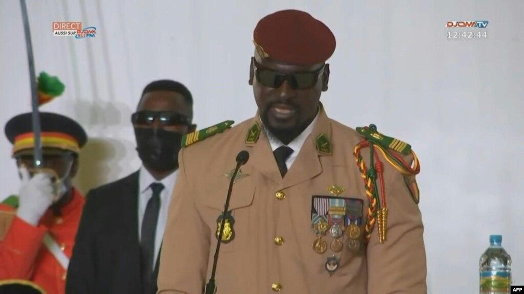 Le chef de la junte en Guinée, le colonel Mamady Doumbouya, a prêté serment vendredi à Conakry, en Guinée, le 1er octobre 2021.