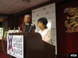 美国视觉艺术家协会创会会长刘雅雅(右)和司仪好莱坞演员邓竞存(美国之音容易拍摄)