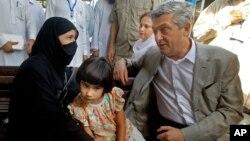 Cao ủy về người tị nạn của LHQ Filippo Grandi nói chuyện với một phụ nữ tị nạn Afghanistan trong chuyến thăm Trung tâm Hồi hương của UNHCR tại Peshawar, Pakistan, 23/62016.