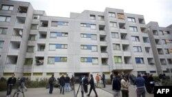 Các nhà báo bên ngoài một tòa nhà nơi một trong các nghi can khủng bố cư ngụ ở Berlin, ngày 8/9/2011
