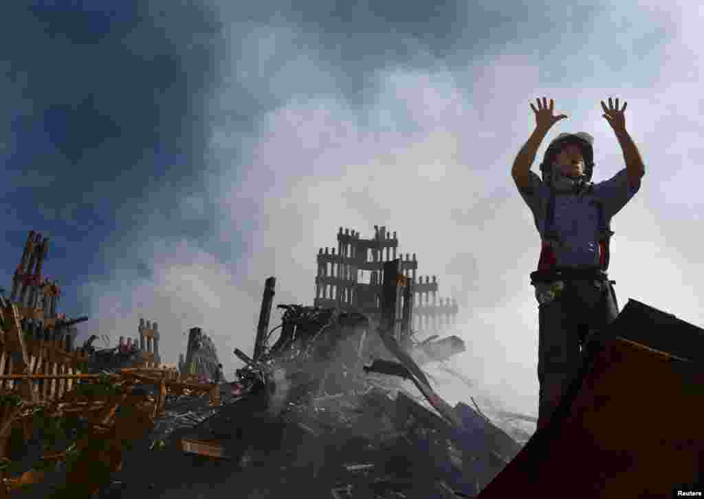 Un pompier de New York appelle à l'aide dans les ruines du World Trade Center, le 15 septembre 2001.