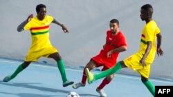 Des détenus du Maroc et de la Guinée à la prison d'Oukacha participent à un mini tournoi de football organisé par des prisonniers africains pour coïncider avec la compétition CHAN-2018, à Casablanca, Maroc, 1er février 2018.