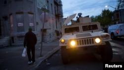Vệ binh quốc gia trong tư thế sẵn sàng để ngăn chận những vụ gây rối, ở Baltimore, Maryland, 30/4/2015.