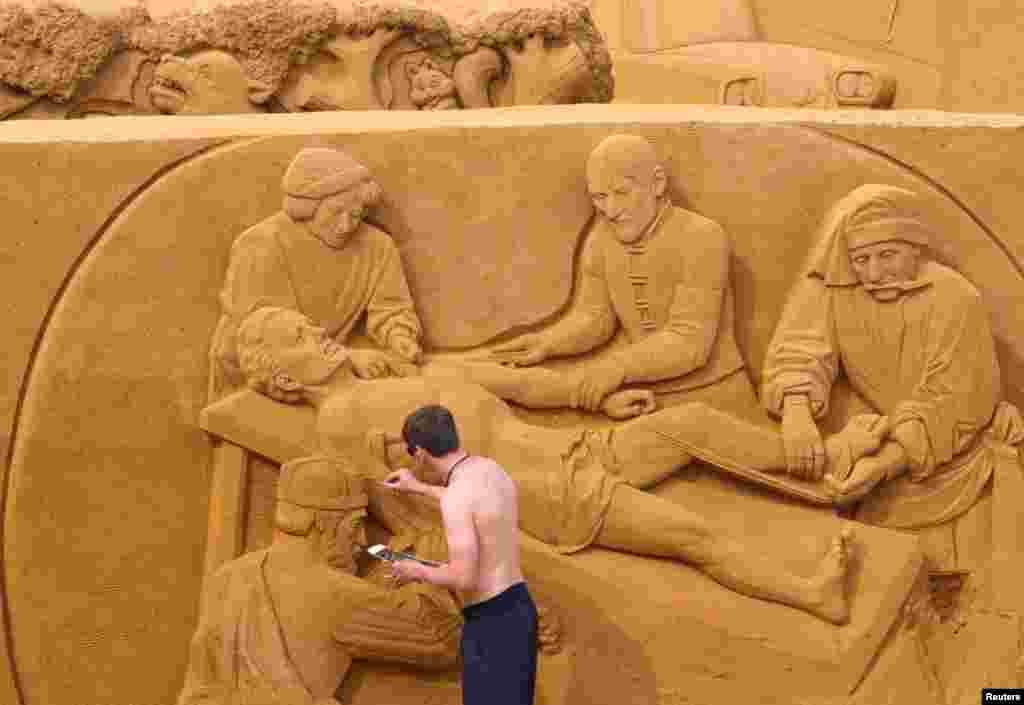 ایک مجسمہ ساز اپنے شاہکار کو پایہ تکمیل تک پہنچانے میں مصروف ہے۔