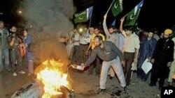 لاہور میں تحریک انصاف کے کارکن مظاہرہ کررہے ہیں