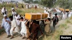 지난 달 아프가니스탄 잘랄라바드 외곽에서 나토군 궁습으로 사망했다는 주민들의 장례식이 열렸다. (자료사진)