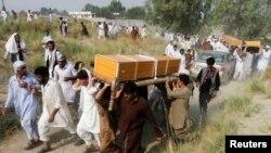 阿富汗人抬着据称死于北约空袭的平民的棺材