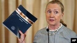 Menlu AS Hilary Clinton memperlihatkan laporan Departemen Luar Negeri AS mengenai Perdagangan Manusia tahun 2012 (foto: dok)
