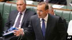 Perdana Menteri Australia Tony Abbott berbicara di parlemen di Canberra (23/2). (AP/Rob Griffith)