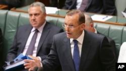 នាយករដ្ឋមន្រ្តីអូស្រា្តលី Tony Abbott និយាយអំពីយុទ្ធសាស្រ្តជាតិថ្មីមួយដែលប្រយុទ្ធប្រឆាំងនឹងក្រុមជ្រុលនិយម កំឡុងពេលចោទសួរនៅឯសភាក្នុងក្រុងកង់បេរ៉ា (Canberra) ប្រទេសអូស្រា្តលី កាលពីថ្ងៃទី២៣ ខែកុម្ភៈ ឆ្នាំ២០១៥។