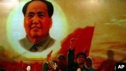 2006年北京一家文革和毛澤東主題餐廳的唱紅表演,再現當年造大神