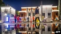 武漢礄口武體方艙醫院最後一批新冠病毒感染者痊愈出院,醫務人員在消毒方艙醫院準備關艙。(2020年3月2日)