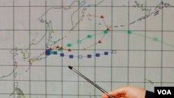 Petugas di Observatorium di Hong Kong Observatory menunjukkan resiko radiasi nuklir Jepang di Hong Kong, 15 Maret, 2011