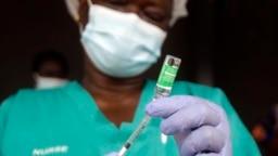 Seorang perawat India menyiapkan vaksin COVID-19 produksi AstraZeneca yang dibuat oleh Serum Institute of India (foto: dok).