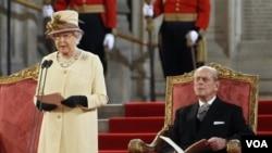Ratu Elizabeth II, didampingi suaminya Pangeran Philip, berpidato di parlemen Inggris untuk menandai 60 tahun bertahta (20/3).