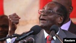 លោក Robert Mugabe  ប្រធានាធិបតីប្រទេសស៊ីមបាវ៉េថ្លែងទៅកាន់អ្នកគាំទ្រនៅព្រលានយន្តហោះ Harare International Airport ប្រទេសស៊ីមបាវ៉េ កាលពីថ្ងៃទី២៤ ខែកញ្ញា ឆ្នាំ២០១៦។