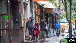 Hujan Saat KotaK Syuting di New York (VOA/Christian Arya Winata)
