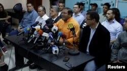 Andrés Velásquez (camisa amarilla) habla durante una conferencia de prensa en la cual la oposición anunció que participará en las elecciones regionales.