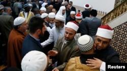 Des musulmans australiens se serrent dans les bras à la mosquée de Lakemba à Sydney le 8 août 2013.