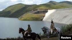 """Deux habitants du Lesotho portent des costumes traditionnels lors de la cérémonie d'ouverture de la première phase du projet """"Highlands water project""""."""
