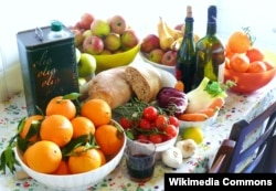 Mediterranean diet foods local, seasonal fruits and vegetables and olive oil (Wikimedia Commons/G Steph.Rocket)
