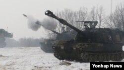 17일 한국 경기도 연천군 꽃봉훈련장에서 실시된 미-한 연합 포병훈련.