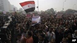 ພວກສະໜັບສະໜຸນປະທານາທິບໍດີ Morsi ຂະນະໂຮມຊຸມກັນຢູ່ນອກ ບໍລິເວນສານສູງສຸດລັດຖະທໍາມະນູນ