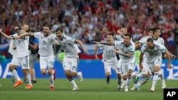 Los miembros del equipo ruso reaccionan cuando su portero Igor Akinfeev realiza una salvada que derrota a España en una tanda de penales durante el partido de octavos de final entre España y Rusia en la Copa Mundial de fútbol 2018 en el Estadio Luzhniki en Moscú, Rusia, el domingo, 1 de julio de 2018. (AP Photo / Manu Fernandez)