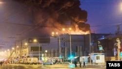 Le feu se propage dans un centre commercial à Kemerovo, ville industrielle en Sibérie occidentale, Russie, le 25 mars 2018.