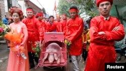 Lễ hội chém lợn ở Bắc Ninh vẫn diễn ra bất chấp làn sóng phẫn nộ lên án về tính dã man của hủ tục này đã khiến sự phản đối càng gia tăng mạnh mẽ.