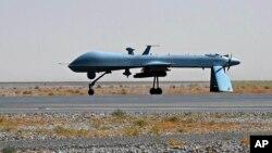 Tư Liệu- Máy bay không người lái Predator của Hoa Kỳ mang một tên lửa đậu trên đường băng của sân bay quân sự Kandahar, Afghanistan.