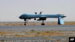 Máy bay không người lái trang bị tên lửa Predator của Hoa Kỳ trên đường băng của sân bay quân sự Kandahar ở Afghanistan.