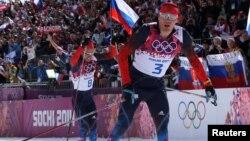 ສອງນັກກິລາຣັດເຊຍ ທ້າວ Alexander Legkov ແລະທ້າວ Ilia Chernousov ຊະນະຫຼຽນຄຳແລະຫຼຽນທອງແດງ ໃນການແລ່ນສະກີ ລະຍະໄກ 50 ຫຼັກກິໂລແມັດ ປະເພດຊາຍ ໃນກີລາໂອລິມປິກ ລະດູໜາວ ທີ່ເມືອງ Sochi, ວັນທີ 23 ກຸມພາ 2014.