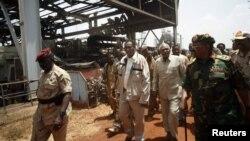 Presiden Sudan, Omar al-Bashir (kanan) meninjau lokasi ladang minyak Heglig yang rusak parah (23/4). Al-Bashir menolak pembicaraan lebih lanjut dengan Sudan Selatan.