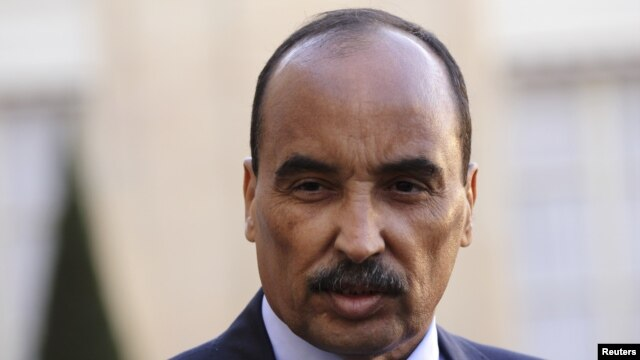 Mauritania's President Mohamed Ould Abdel Aziz listens to French President as they speak to journalists after a meeting at the Elysee Palace in Paris, November 20, 2012.