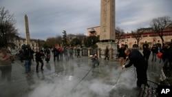 Para pekerja tengah membersihkan lokasi ledakan di distrik bersejarah Sultanahmet, Istanbul, Turki (13/1).