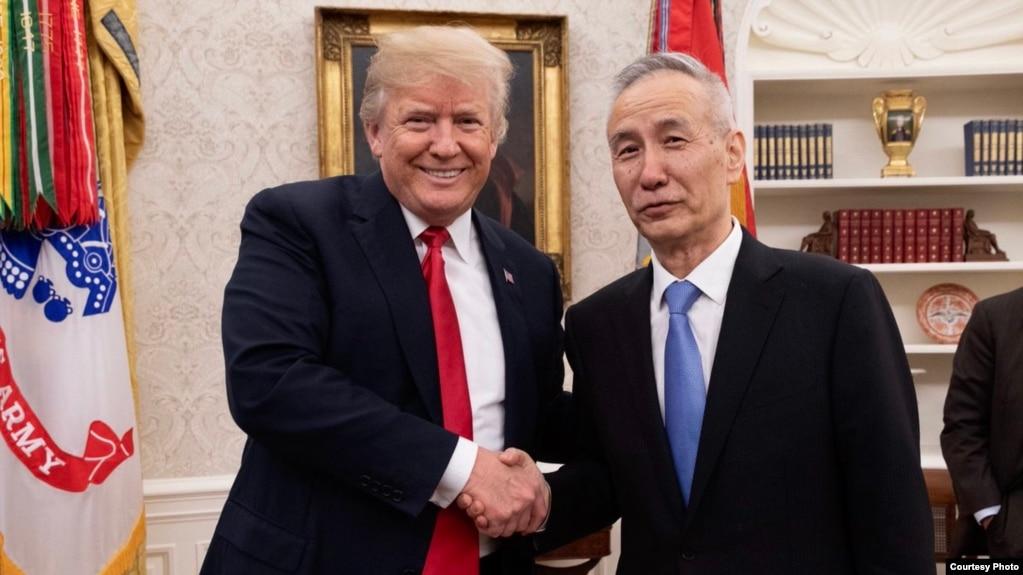 美國總統川普在白宮橢圓形辦公室會晤中國貿易談判代表團的團長、習近平的經濟顧問劉鶴副總理(川普推特)