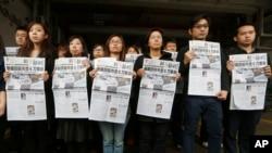 2月27日香港明报编辑部员工在明报大楼外举行抗议