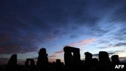 Mijra mblidhen në Stonehenge të Britanisë për solsticin e verës