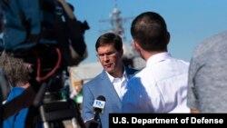 资料照片:国防部长埃斯珀在维吉尼亚州诺福克军港视察格莱夫利号导弹驱逐舰后对媒体讲话。(2019年9月25日)