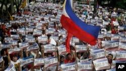 Demonstran dalam protes yang bertepatan dengan Hari Kemerdekaan menuju Konsulat China di Makati, sebelah timur Manila, Filipina (12/6). (AP/Bullit Marquez)