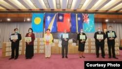 台湾外交部官员與马绍尔群岛、帕劳、图瓦卢及瑙鲁駐台大使2020年4月15日在台湾捐赠太平洋岛国医疗物资仪式上合影(台湾外交部网站)