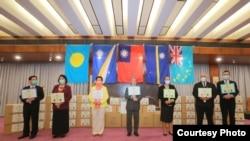 台灣外交部官員與馬紹爾群島、帕勞、圖瓦盧及瑙魯駐台大使2020年4月15日在台灣捐贈醫療物資儀式上合影(台灣外交部網站)