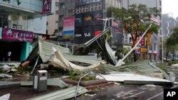 Delovi krova jedne od zgrada u Tajpeiju posle naleta tajfuna Sudelor