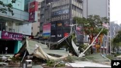 Sebuah sudut kota Taipei, Taiwan pasca hantaman topan Soudelor (8/8).