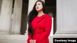 Cô Amanda Nguyễn đứng trước Quốc hội Mỹ.
